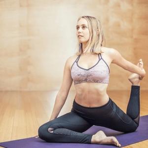 Como Praticar Yoga em Casa? Conheça as vantagens!
